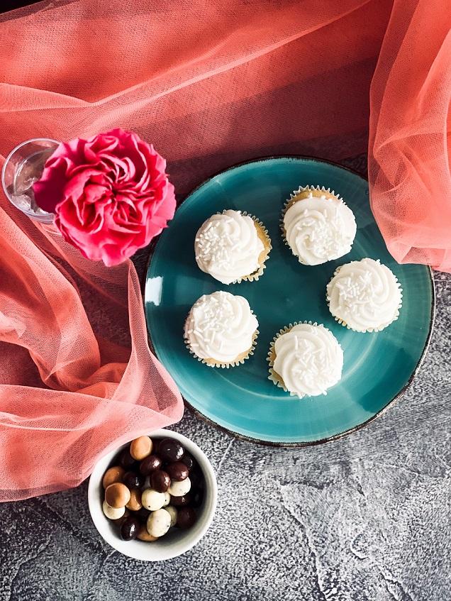 Vanilla Cupcakes with Vanilla Buttercream Recipe!